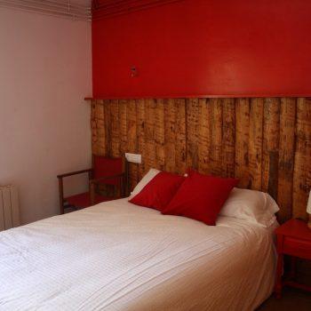 Capcalera de fusta habitacio apartament Basco